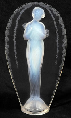 R.Lalique Grand Ovale Opalescent Statue by Rene Lalique